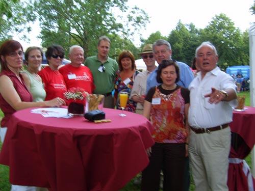 Roter Sommerfest Stand des HGV Rot mit Mitglieder und Gäste