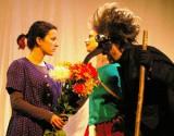 Szene aus dem Theater Holzhausen (Salzburg) – Die kleine Hexe (von links: Verena Ehrschwendtner, Nina Ferner, Johann Winkler). Foto: Wikipedia, Werner 100359