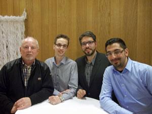Der Vorsitzende des Waldheimvereins Dieter Kupsch (l.) zusammen mit den Gemeinderatskandidierenden aus Rot: Tobias Haubensak, Alexander Mak und Engin Sanli (v.l.).